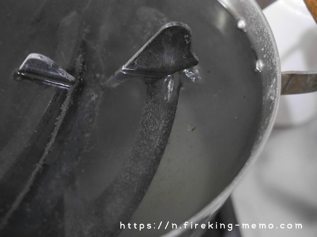 五徳を入れた重曹水を沸騰させる