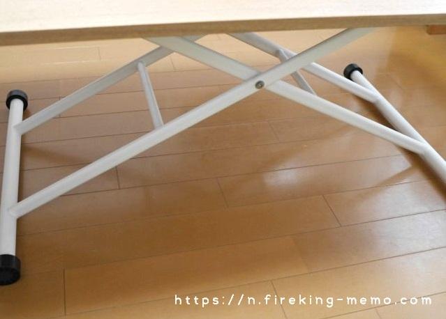 昇降式テーブルの脚にはキャスター付き