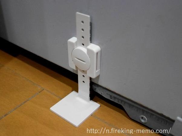 家具の側面に転倒防止グッズを固定