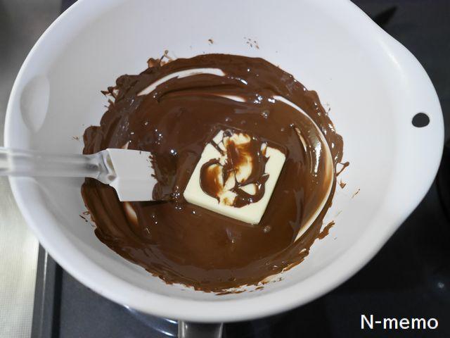 溶かしたチョコレートにバターを入れてさらに溶かす